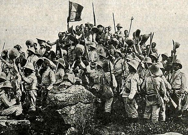 Manuel Compañy (1894) Soldados victoriosos colocan una bandera en lo alto de un cerro recuperado a los rifeños. Melilla.The Church of Horrors :: El primer disparo: hijos del Rif
