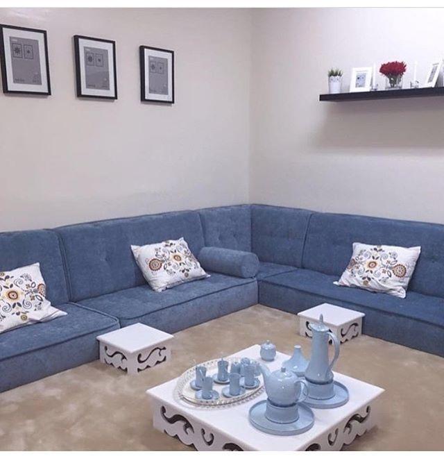 الجلسات الأرضية بدأت تعود بتصاميم جميلة وناااعمة Table Decor Living Room Floor Seating Living Room Living Room Sofa