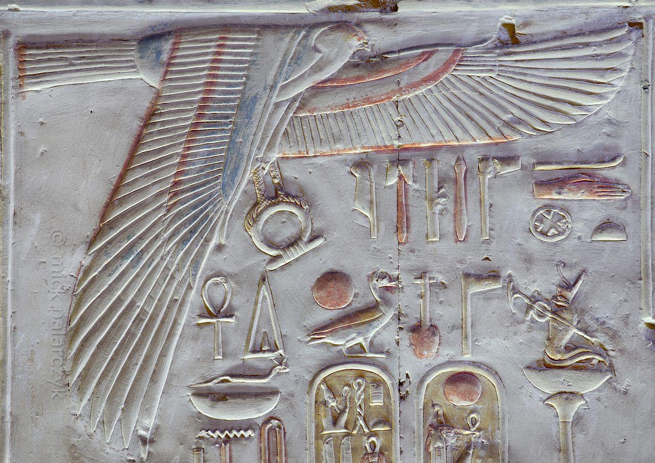 Egypt uuraeuses decorating a shrine at abydosu egypte