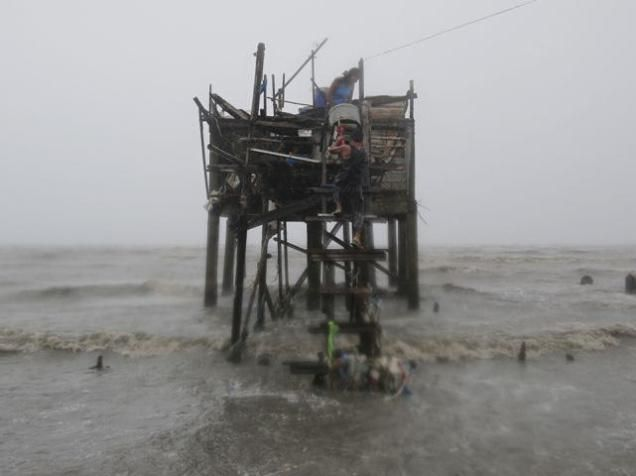 Koppu hits north Philippines, destroys houses; 10,000 people displaced http://goo.gl/6n80Ot #news #World