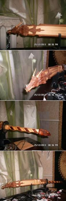 Клинок (сувенирка). Рукоять-4 породы(2 из них макхагоньевых (диагональные поблески-акажу, фон-береза, оглавление птицы-макхагонь(акажу- знаю по свойсвам, на оглавении одна из самых мягких(может и самая мягкая=липе). Всего для мелочевки 4 разновидности в хозяйстве, глазници птици-клен. Ножны-чуть проще:береза, макхагонь, на вход клинка-серебро(паршивой пробы(скорей всего-мельхиор), винты накладки(аля серебра)-латунь. Автор - Templiero Roman  #woodcarving #woodbeecarver #whittling #woodcarving