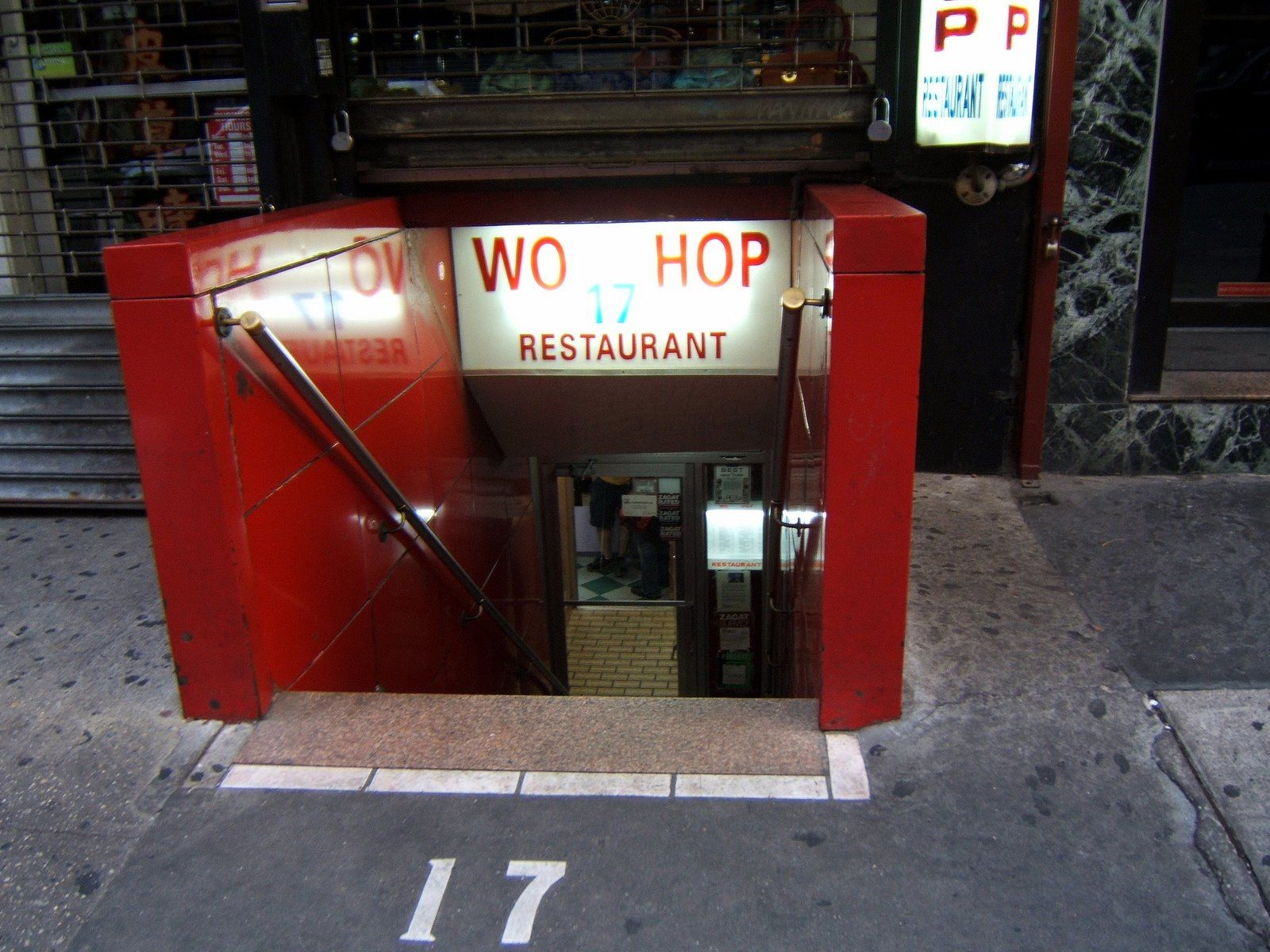 Wo Hop Chinese Restaurant On Mott Street In Chinatown Is World Famous It S Also The Only 24 Hour Chinese Place I Chinese Restaurant Mott Street Chinese Places