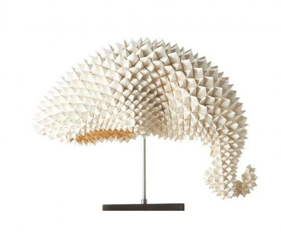 Una particolare carta, lavorata con la tecnica dell'origami e sagomata come la coda di un drago, diventa il paralume per tre modelli di lampade a led. Si chiama Drangons Lamp ed è stata disegnata da Luisa De Los Santos Robinson.
