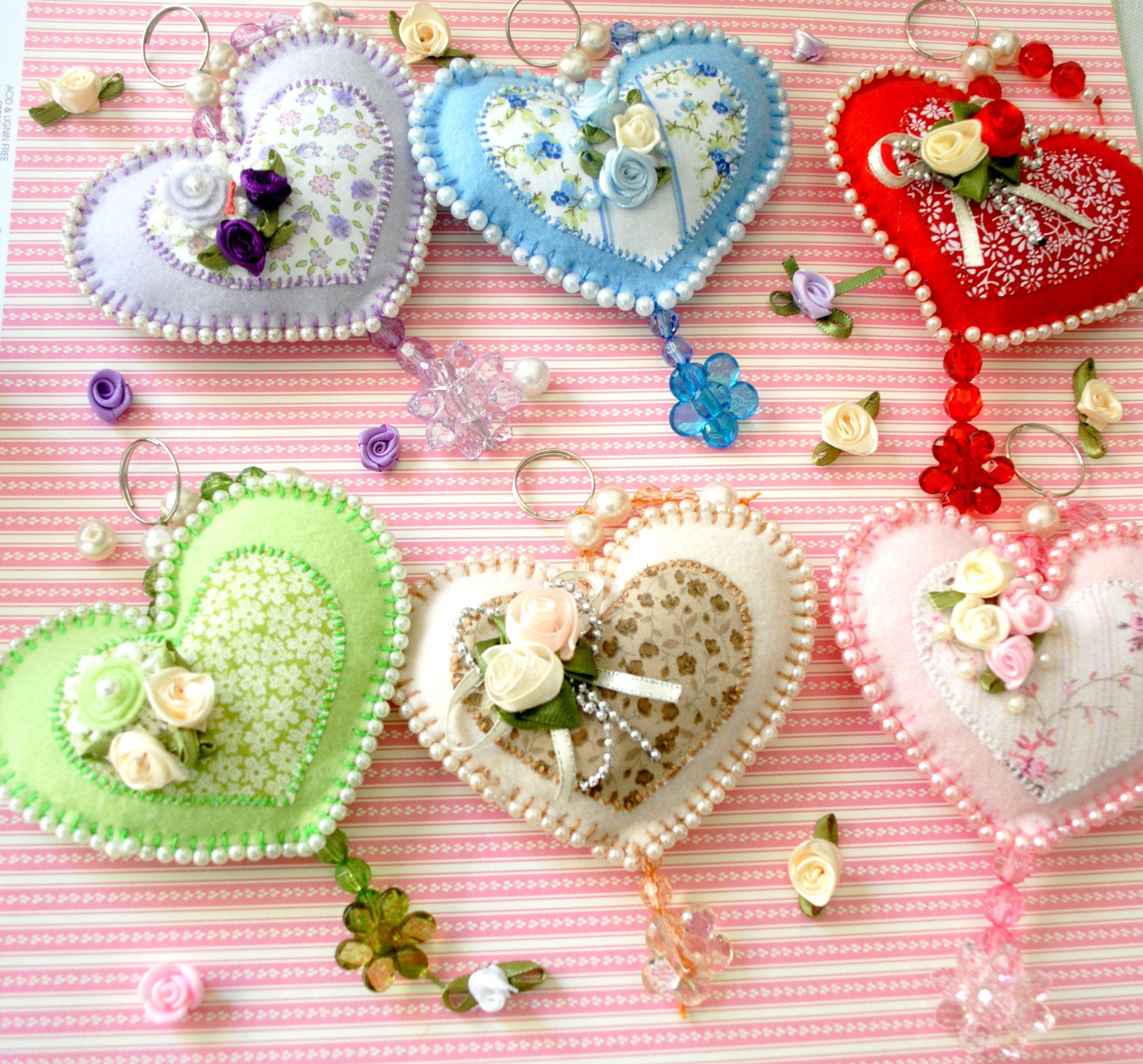 Chaveiro coração em feltro com miçangas   Artesanato em feltro ...