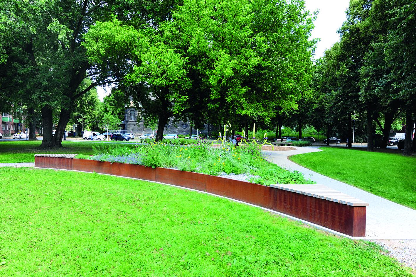Integriert Ins Wegesystem Das Hochbeet Aus Cortenstahl Am Neudorf Markt In Duisburg Richard Brink Cortenstahl Hoch Hochbeet Garten Pflanzkasten Pflanzen