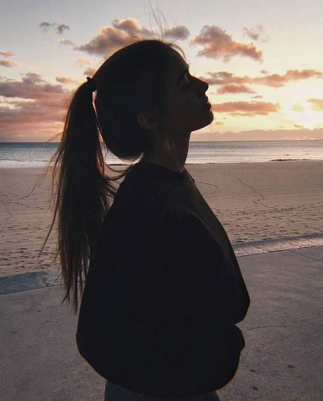 》》》 @ɪsᴀʙᴇʟʟᴀғᴀʙᴀ Dark silhouette picture at sunset at the beach, aesthetic photo inspiration for Instagram ☆
