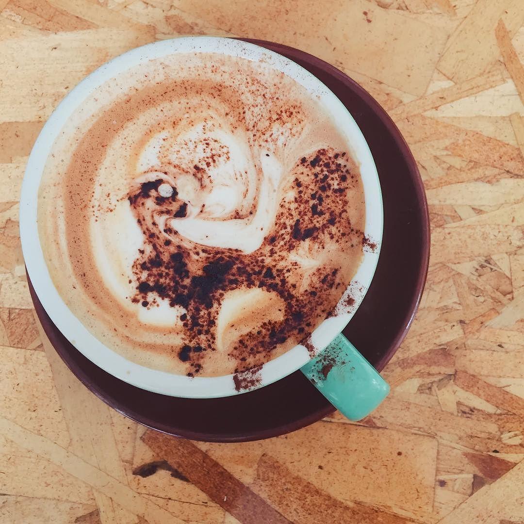 #BruEmVancouver | Acho esses desenhos no café a coisa mais linda principalmente quando é essa criatura mística não identificada com uma joia na cabeça  by brumiranda