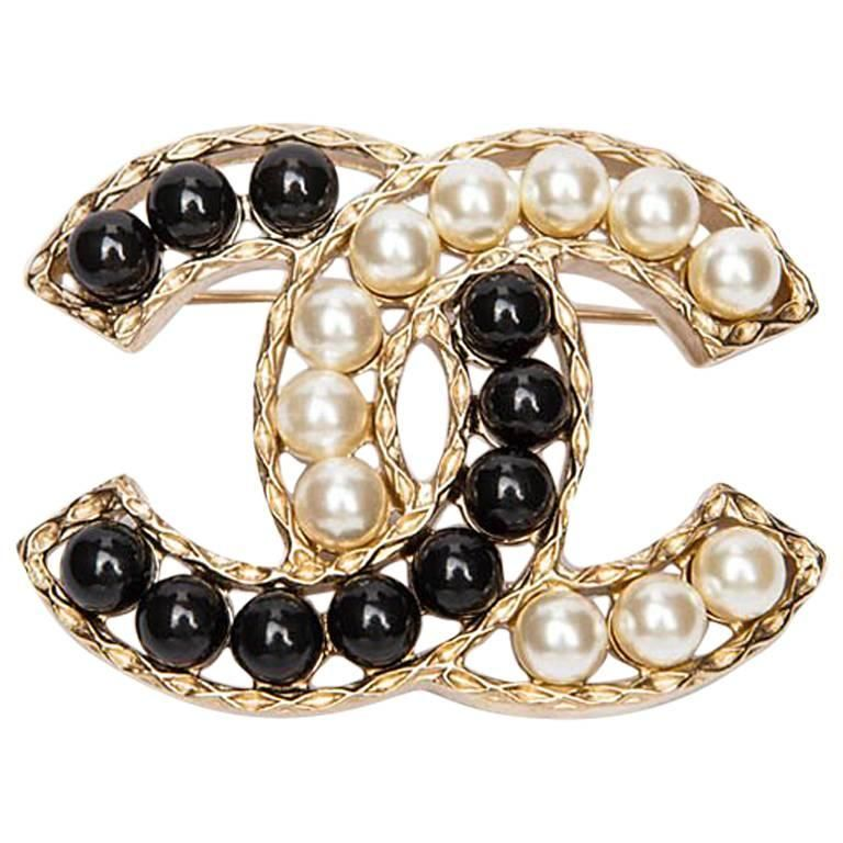 0123115584d CHANEL CC Brooch set with Bicolor Pearls | From a unique collection of  vintage brooches at