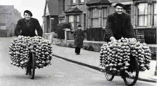 Onion Johnnies were a common sight in Glasgow well into the 1950s or later. (This pics not Glasgow, though.)