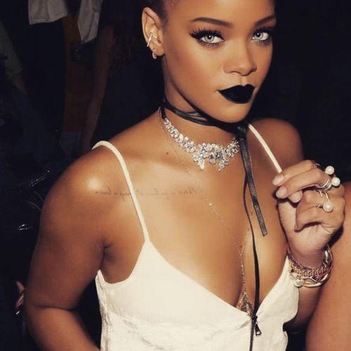 Le choker velours soie est l'accesoire ultime de l'ete Rihanna