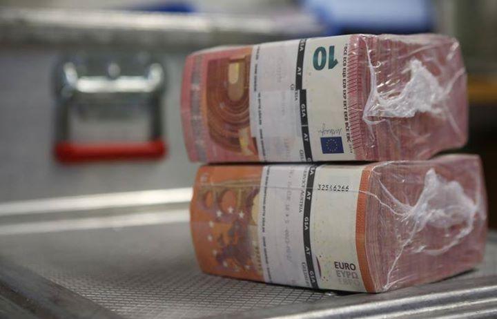 #اخبار- اليورو يواصل تراجعه بعد صدور بيانات منطقة اليورو -  Reuters. اليورو يواصل تراجعه بعد صدور بيانات النمو والتضخم من منطقة اليورو #اخبار  استمر اليورو بالتراجع مقابل الدولار خلال تداولات اليوم الاثنين بعد أن أظهرت بيانات أن وتيرة النمو الاقتصادي في منطقة اليورو بقيت دون تغيير من الربع الثاني الى الثالث في حين سجل معدل التضخم بعض الارتفاع في تشرين الاول/اكتوبر. واستقر اليورو/دولار عند 1.0955 بعد صدور البيانات متراجعا بنسبة 0.28 لهذا اليوم. وذكرت يورو ستات ان الناتج الإجمالي المحلي في…