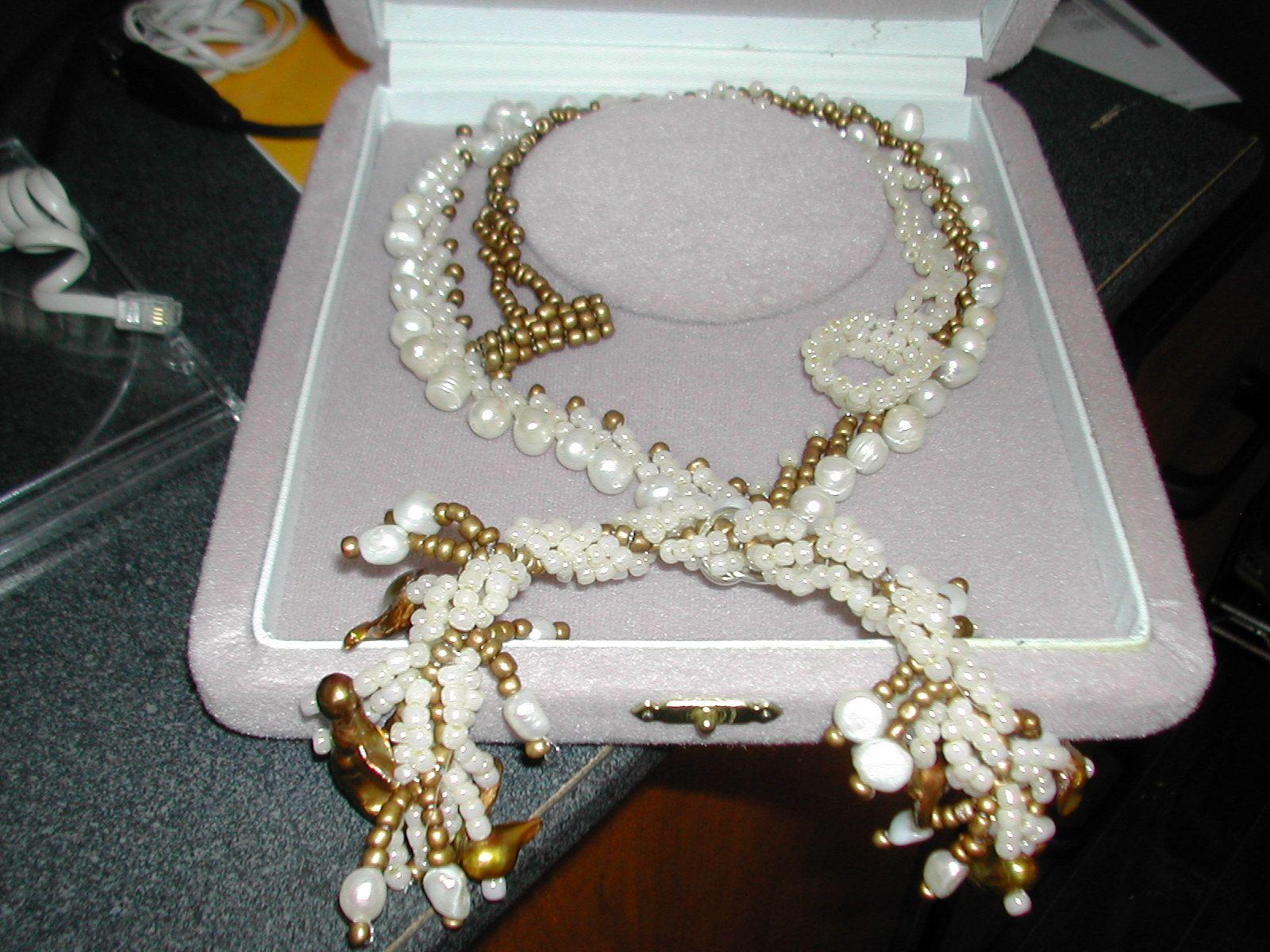 Collar largo en St. petesburgo stitch, con perlas y chaquiras y ccanutillos.   Una forma diferente de enlazar las perlas..