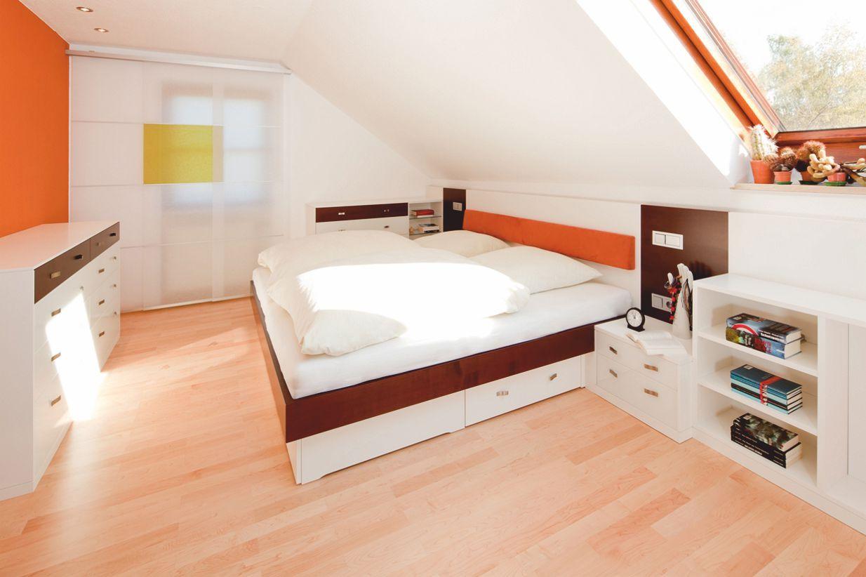 Modernes Schlafzimmer In Der Dachschrage Mit Viel Stauraum