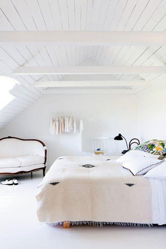 Love die dak en wit in slaap kamer- sal skreet vloere doen