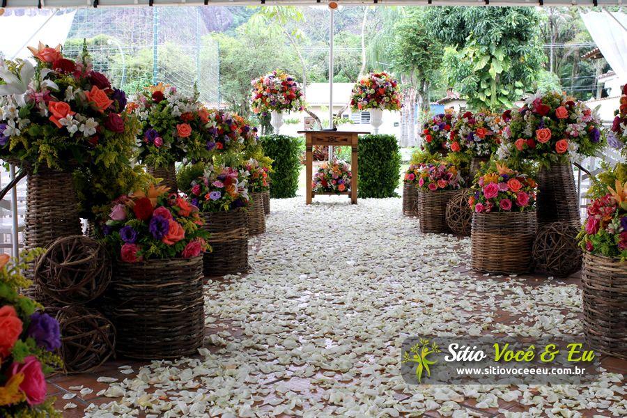 Decoração Floral em Estilo Rústico. Casamento com Cerimônia Religiosa ao Ar Livre.