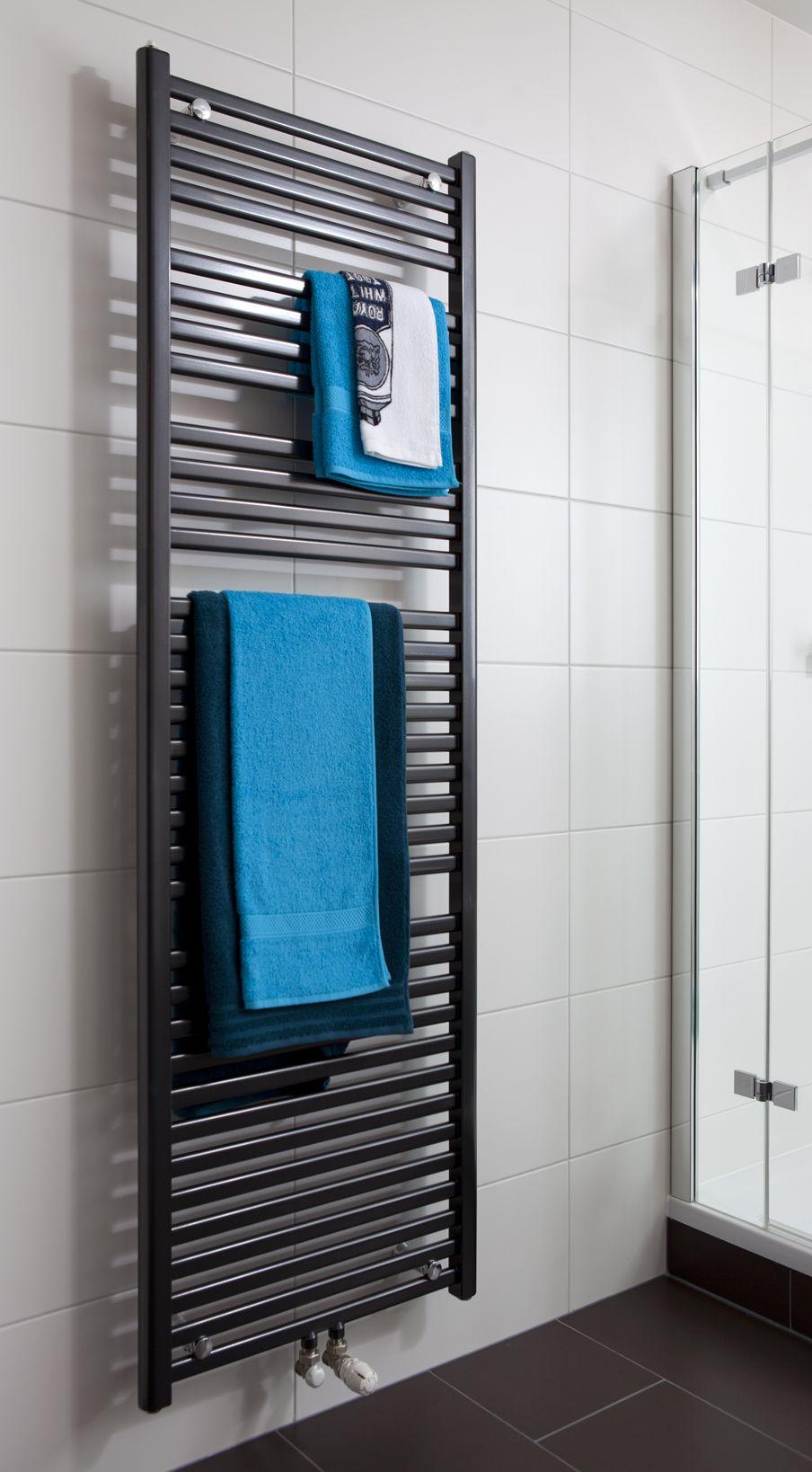 In de All-in badkamer hangt een stijvolle designradiator. Deze ...