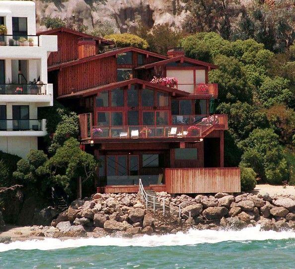 Stunning California Beach House Inspired By The Horizon: Celeb Beach House Of Elizabeth Hurley