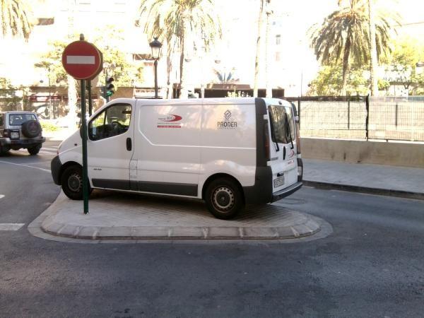 No se puede... aparcar así en Calle Doctor Sumsi. (vía @despegante) #nosepuedevlc