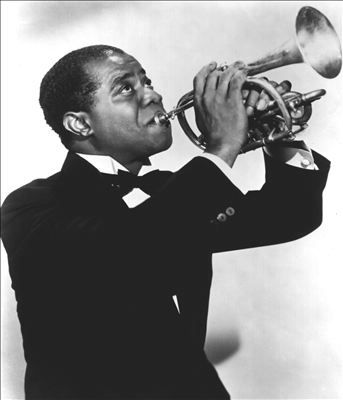 Louis Armstrong was an American trompeter and singer. We are talking about one of the most charismatic and innovative figures in jazz's hisotry. He is its' most iconic musician.  /Louis Armstrong fue un trompetista y cantante estadounidense. Se trata de una de las figuras más carismáticas e innovadoras de la historia del jazz y, probablemente, su músico más popular.