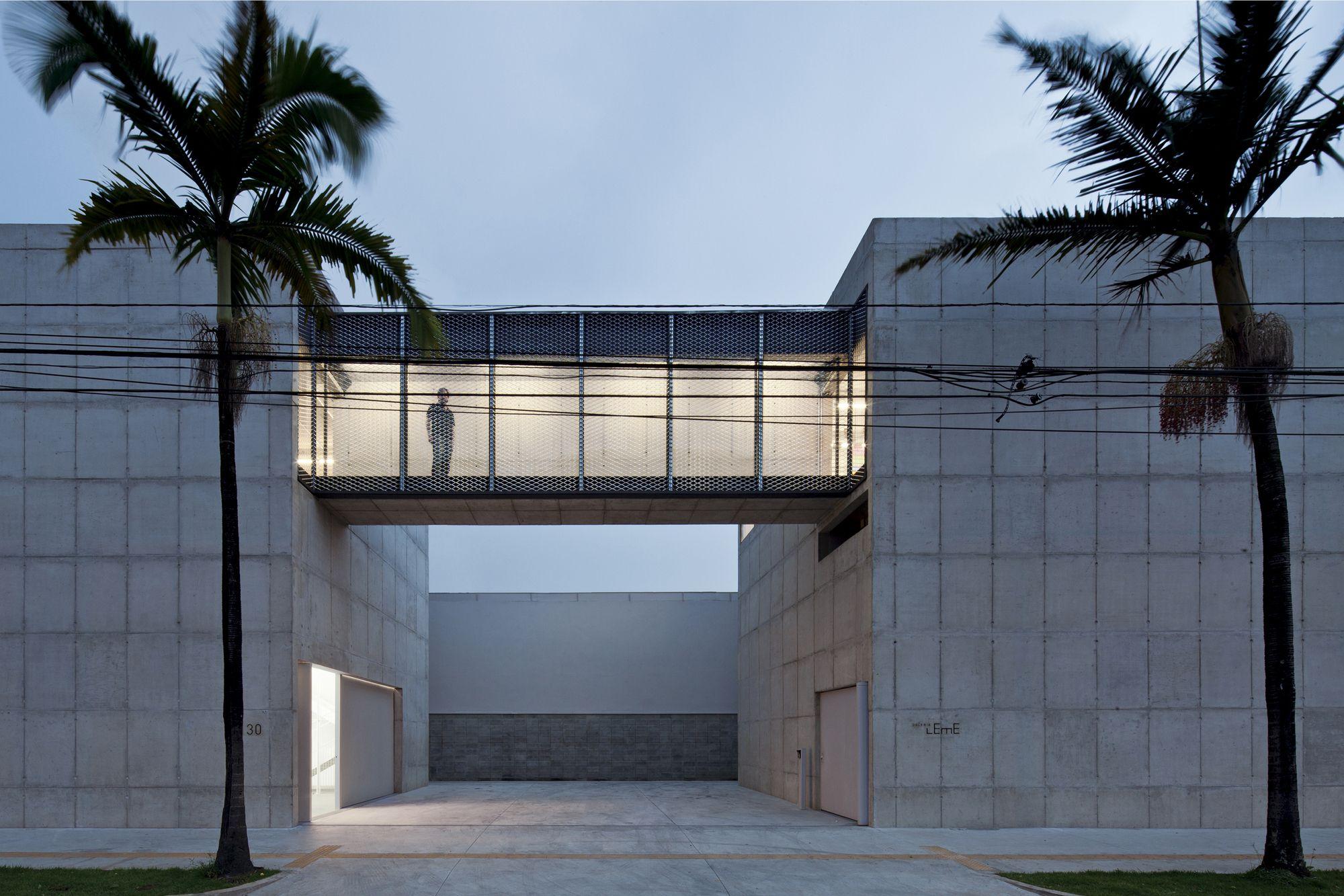 Construído na 2012 na São Paulo, Brasil. Imagens do Leonardo Finotti. A nova galeria leme foi construída em 2011 a duas quadras da galeria original, de 2004. É uma reconstrução do primeiro edifício, com projeto de Paulo...