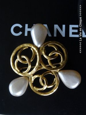 Grote Chanel pin.