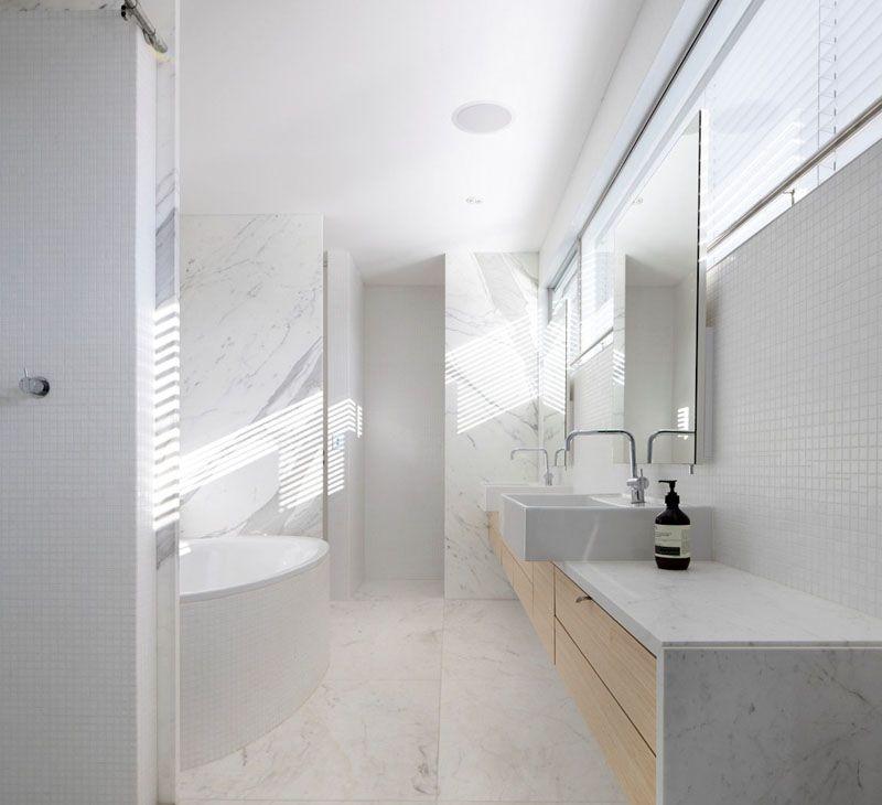 Si quieres un baño minimalista haz uso de una combinación de colores
