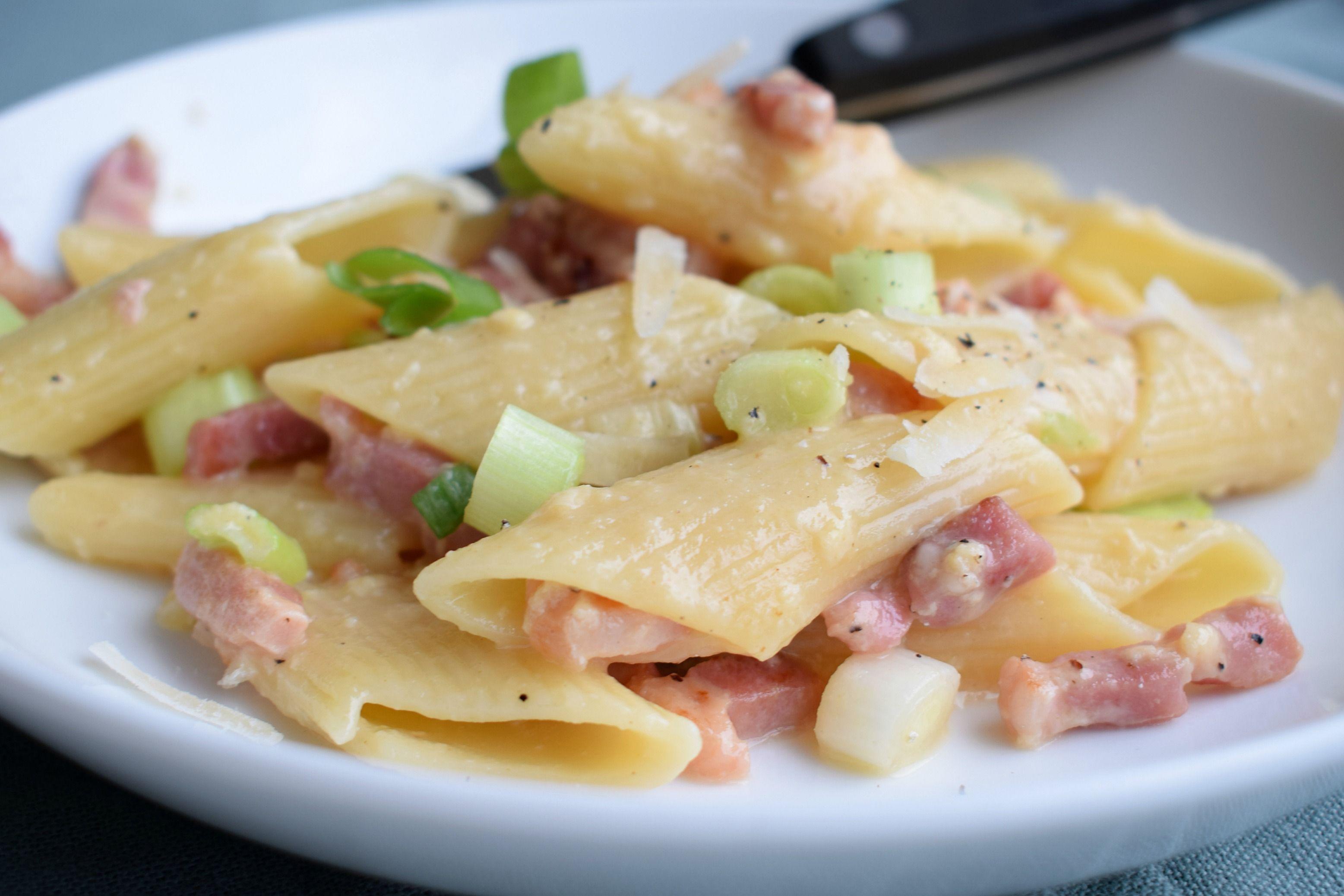 Nog eieren over van de Pasen? Maak dan eens pasta met spek en ei. Na een hele Paasbrunch of –diner in elkaar te hebben geflanst de afgelopen dagen, heb je misschien ook wel weer behoefte aan een simpel en snel recept. Dan zit je met deze pasta goed, want het is supersnel klaar. Door de...lees meer »