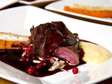 Renfilé med trattkantareller och svartvinbärssås | Recept.nu