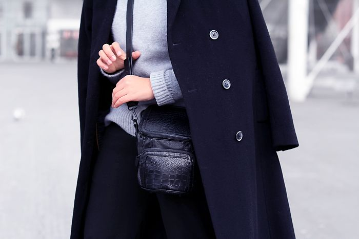 minimal winter look / grey turtleneck jumper / camerbag / black long coat / detail / streetstyle / minimal style - justlikesushi.com
