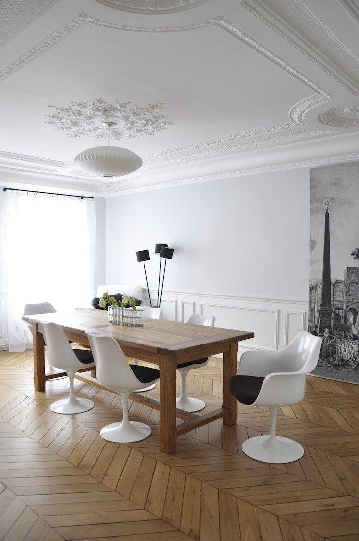 Esszimmer Idee In Braun Weiß   Tulip Chair Auf Fischgrätenparkett    Holztisch   Stuck   Https