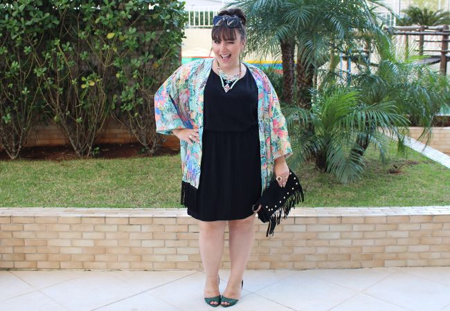 vestido preto plus size e quimono estampado