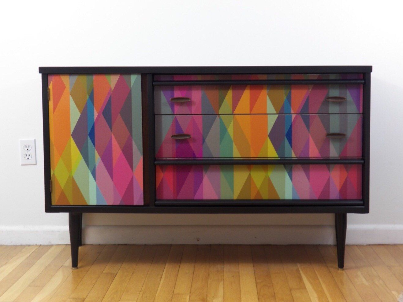 surprising modern living room credenza | Mid-century modern credenza with geometric wallpaper ...