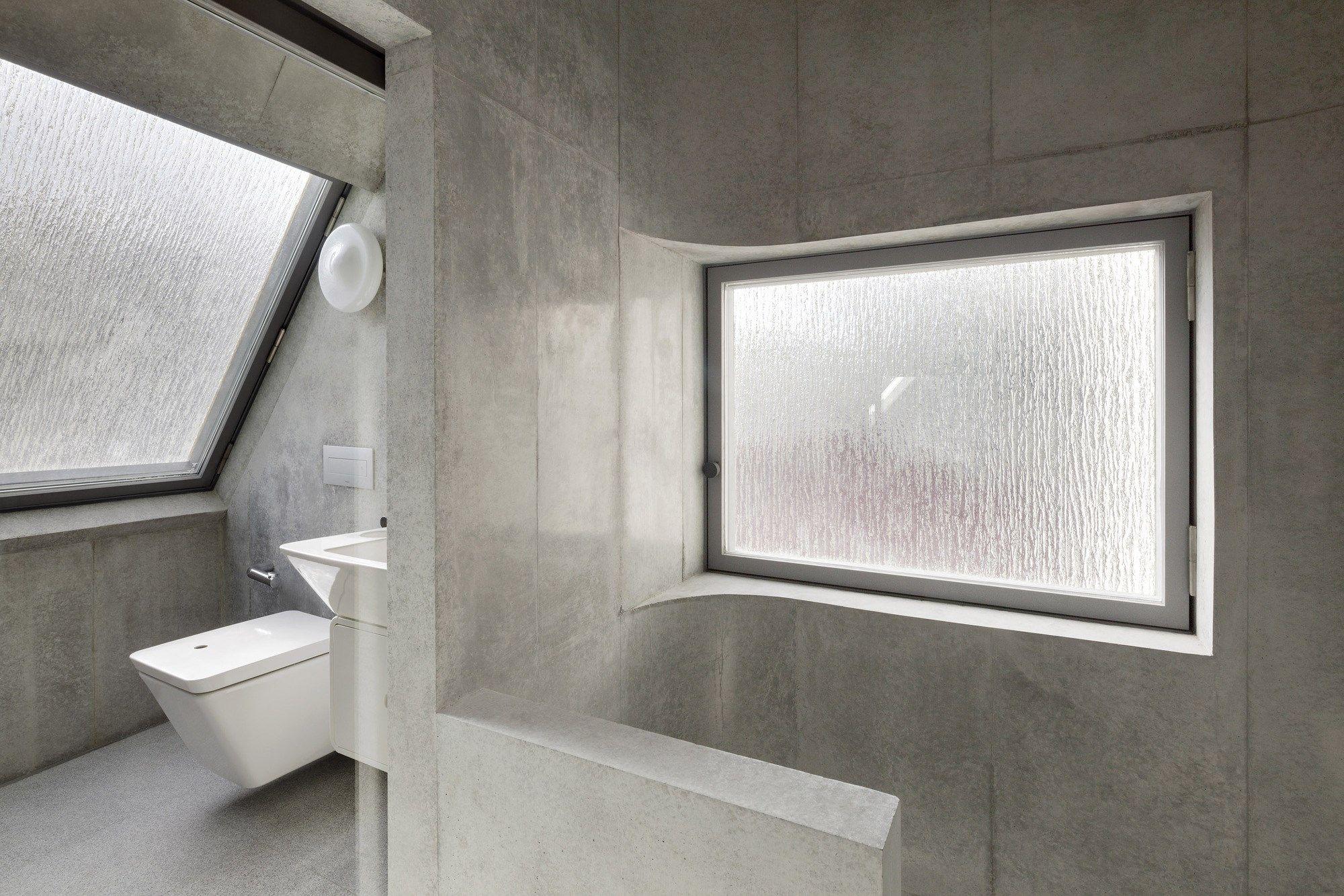 A' House by Wiel Arets Architects / 坐落東京市中心西麻布的 3 層樓混凝土私宅,空間規劃上既要對外開放,又要保有 ...