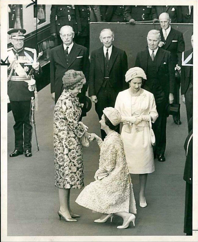 Princess Margaret Curtseying To Queen Fredericka Of Greece Princess Margaret Queen Elizabeth Elizabeth Ii [ 1315 x 1074 Pixel ]