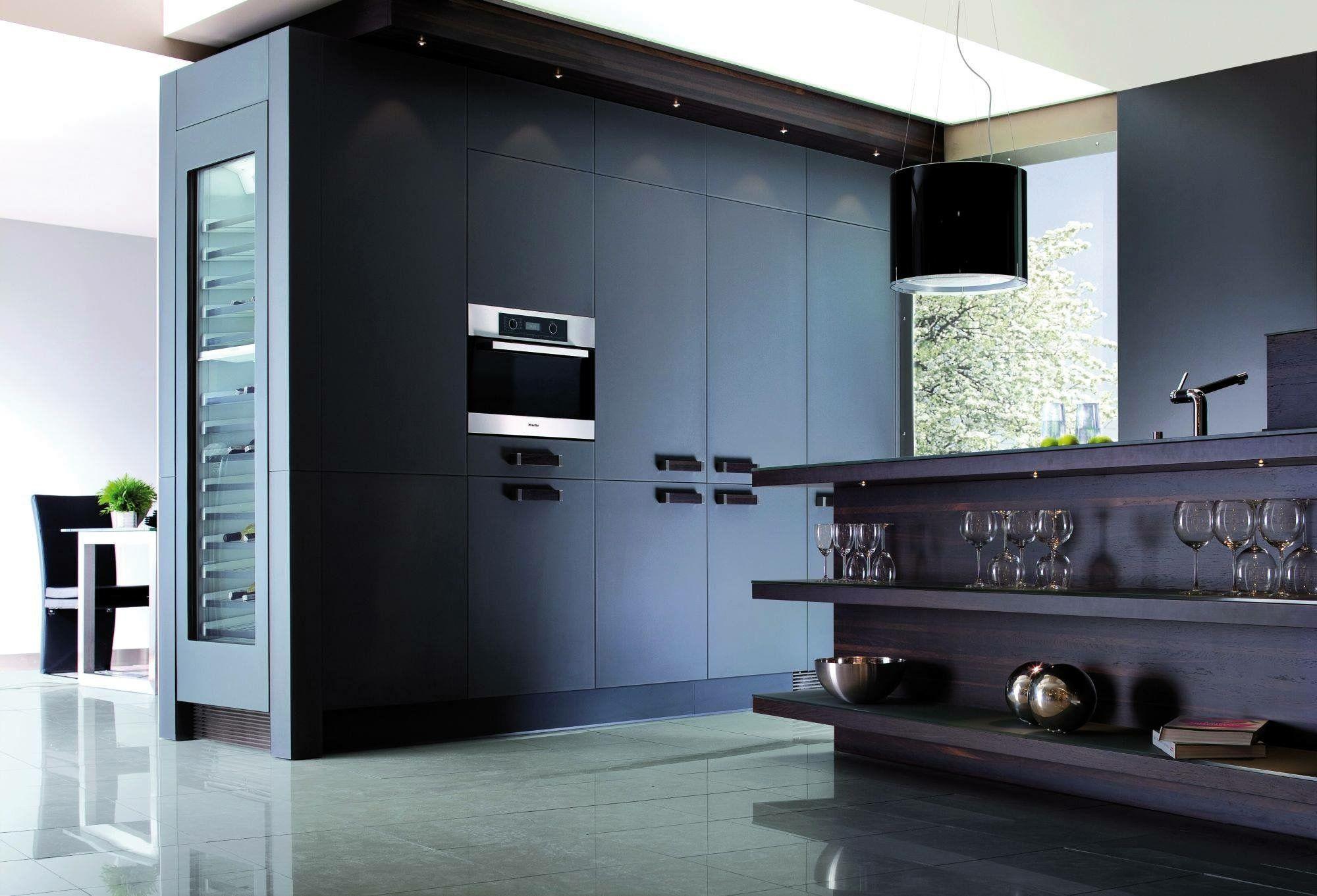 Projekt kuchni Inventive Interiors - biel i czerń w wąskiej kuchni ...