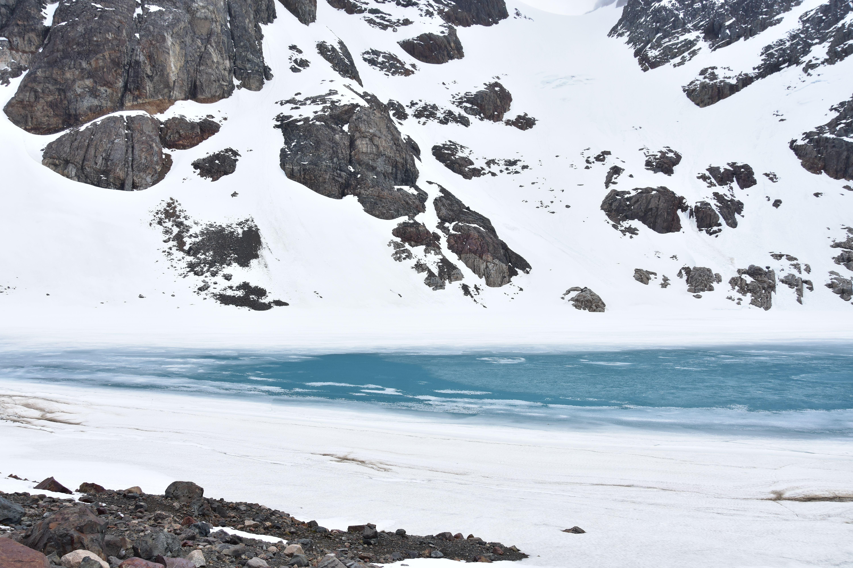 Imágen de la laguna Duff helada, en cerro castillo, Chile