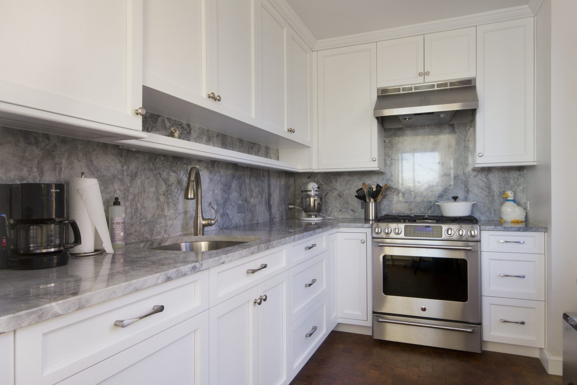 Battery Park Transitional Kitchen Design And Remodel Custom Millwork Product With 1 Thick Do Transitional Kitchen Design Kitchen Remodel Design Kitchen Design