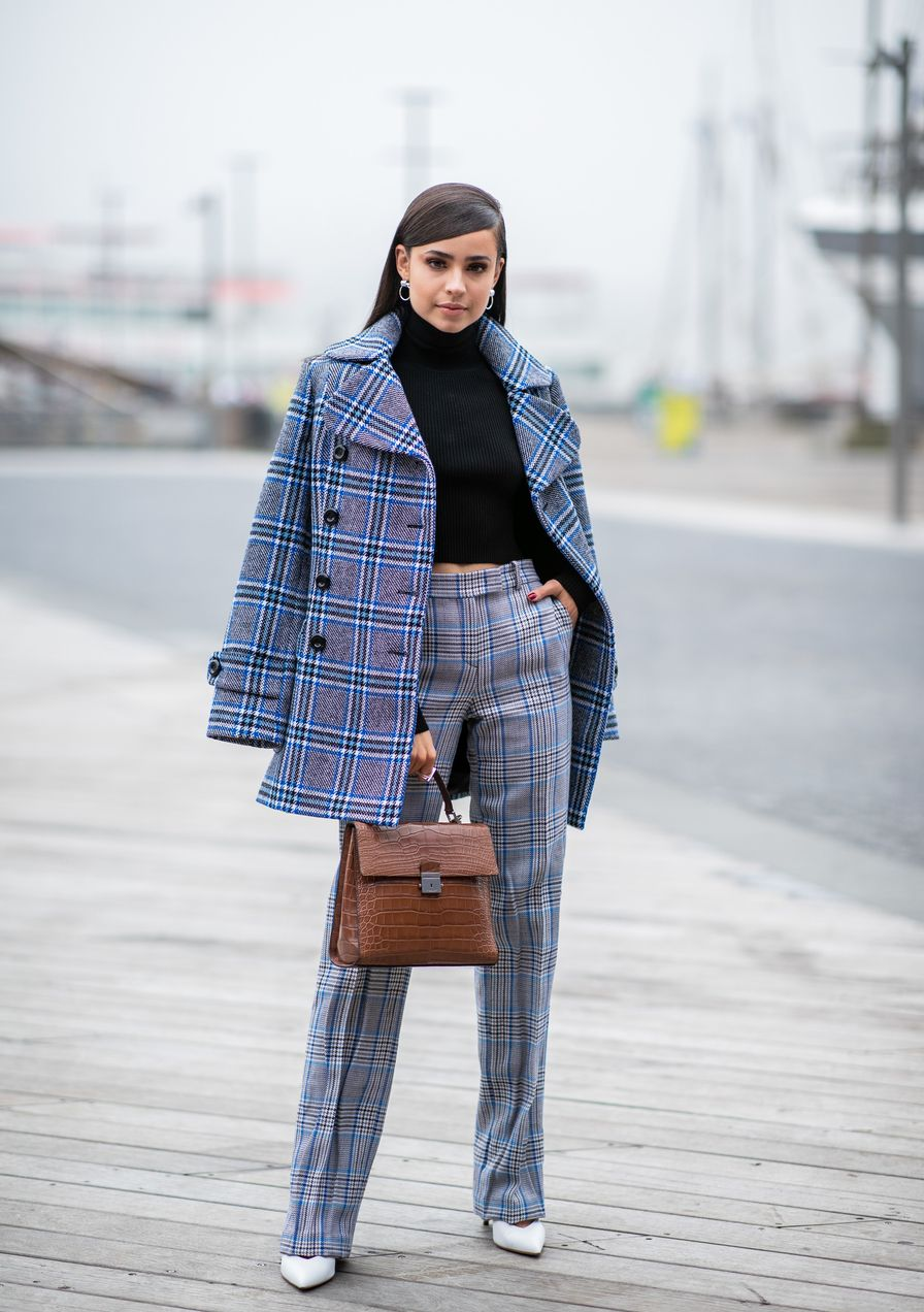 096364dd04f0 So muss der perfekte Mantel für kleine Frauen geschnitten sein ...
