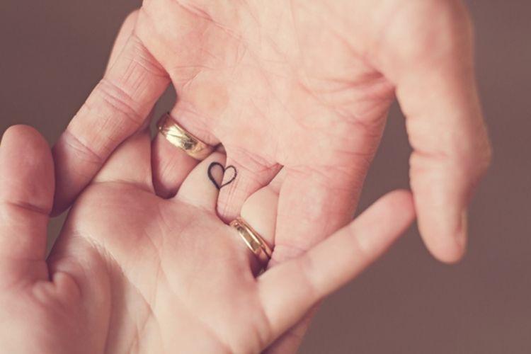 Ehering Tattoo: 30 romantische Motive für die Finger #wedding #ringfinger #tattooideen #kompass #verliebte #tätowierung #welcher #pärchen