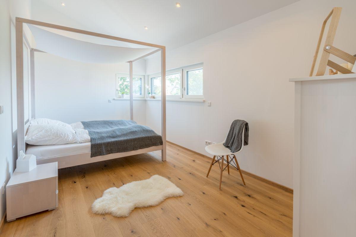Schlafzimmer modern mit Himmelbett aus Holz natur