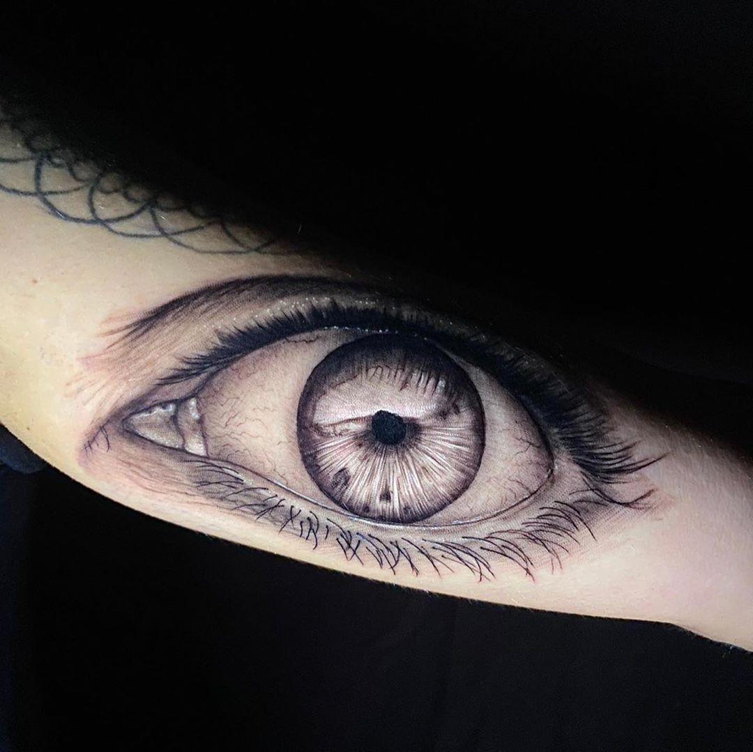 Con un ojo tan bonito era dificil hacer algo que lo iguale, pero a nuestro @negrasombra13 no se le resiste nada y nos deja otro piezote, gracias @jess_martin3 por elegirnos y a @joni_nohaymas por servir de inspiracion😂🤙🏾🖤 _________________________________ #tattoo #tat #tattoist #vigo #tattoo #vigotattoo #laxtatto #lax #artistasdeltatuaje #tattoos #ink #inked #inkmaster #realistic #realismotattoo #realistictattoo #estudiodetatuaje #galiciatattoo #spaintattoo #tattooing #blackandgrey #artwork