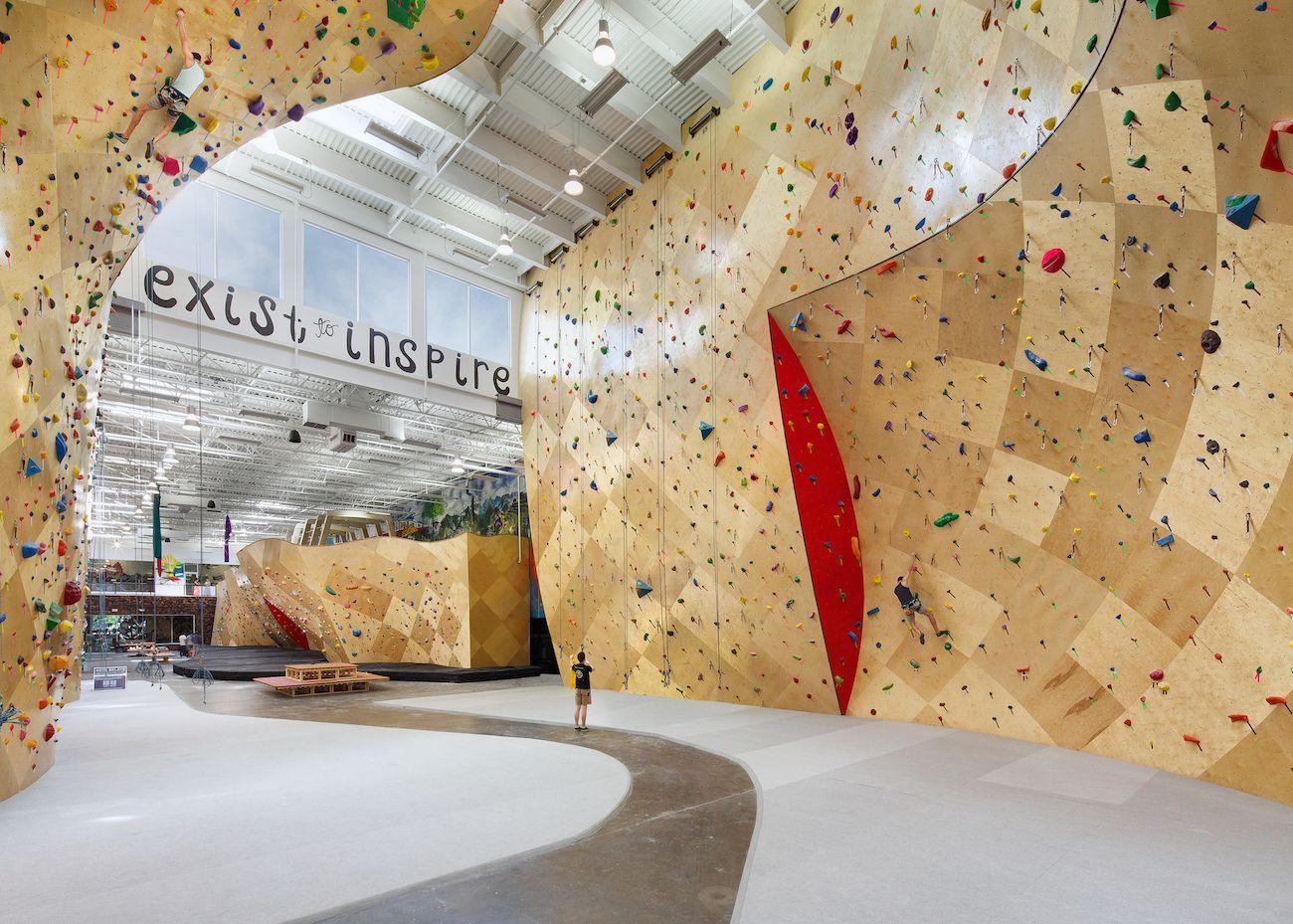 Du Coworking Et De L Escalade Que Demander De Plus A Brooklyn Boulders New York L Adhesion Donne Acces A La Climbing Wall Rock Climbing Wall Climbing Gym