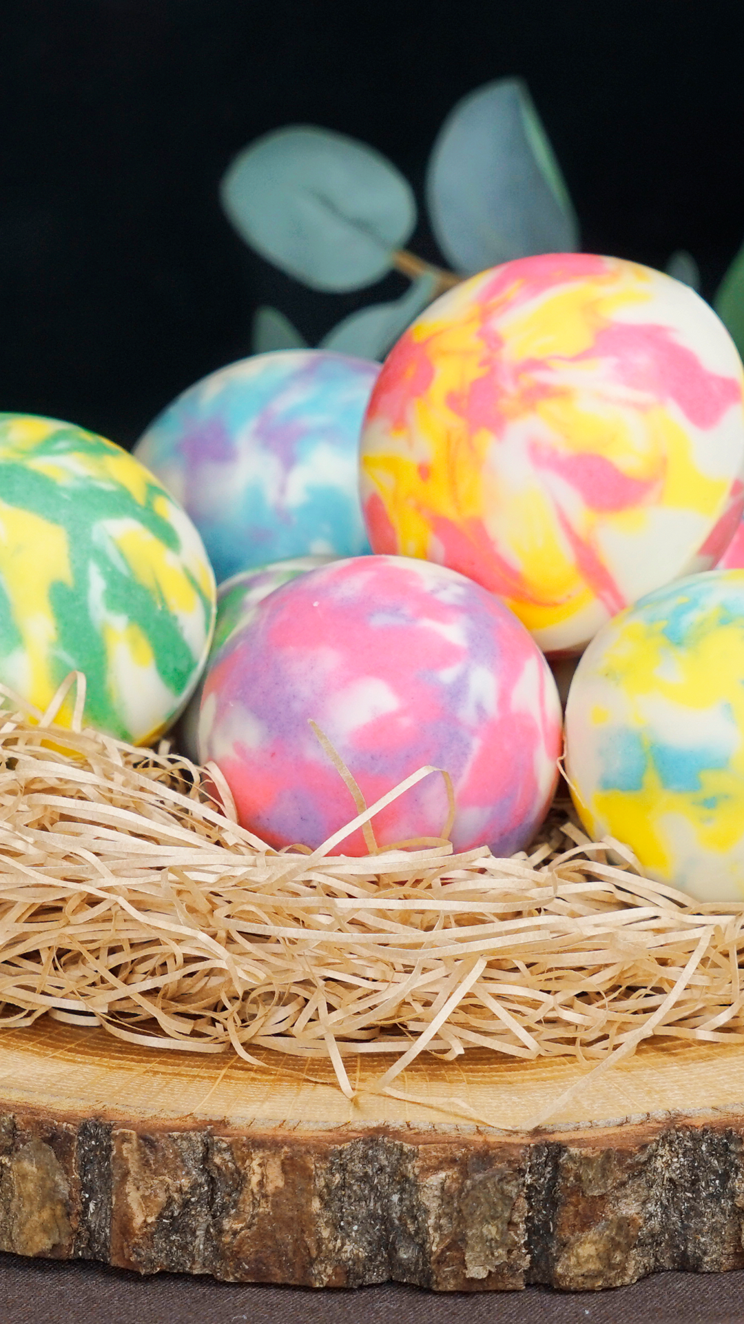 We can't get enough of marble! Marble floors. Marble countertops. Marble cheeseboards. Celebrate Easter with these Marble Chocolate Eggs!