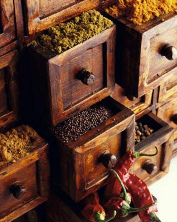 gewürze leicht organisieren und aufbewahren - hölzerne schubladen - ideen für kleine küchen