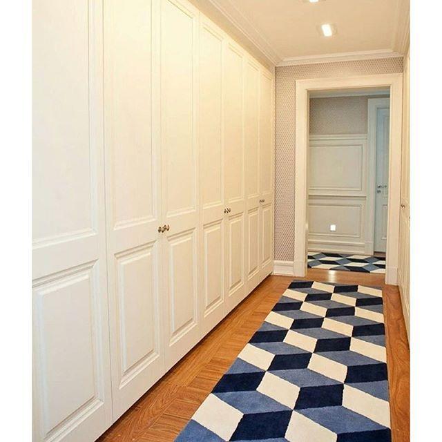 decorechic | Closet clean e elegante!  detalhe para o volume que o tapete trouxe ao ambiente! (@mariabrasilarquitetura)