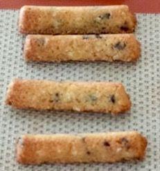 Finger cookies  Ingrédients (1 plaque) : 140 g de farine de blé T55 120 g de beurre 1 oeuf 80 g de cassonade 1 cuillère à café de levure chimique 60 g de pépites de chocolat  60 g d'amandes hachées (pas en poudre) 1 pincée de sel  Faire ramollir le beurre à température ambiante et préchauffer le four à 180°. Dans un saladier, fouetter le beurre avec la cassonade. Ajouter l'oeuf, la farine et la levure ainsi qu'une pincée de sel. Mélanger à nouveau avec une grande cuillère. Ajouter les…