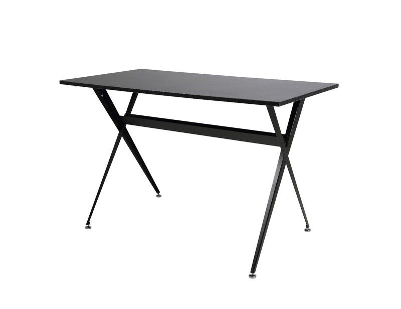 Kuhmo skrivebord - Sort skrivebord i melamin. Fint lille skrivebord til kontoret - eller stuen, hvis pladsen er lidt trang. Skrivebordet har et minimalistik og industrielt look, hvilket tilfører det en fin lethed i rummet.