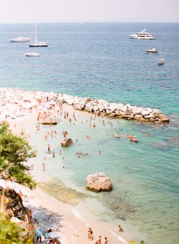 Beachgoers in Positano Italy | photography by http://www.lesecretdaudrey.com