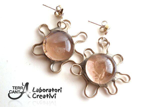 Orecchini in vetro rosa antico montati in argento di LaTerraCanta, €35.00