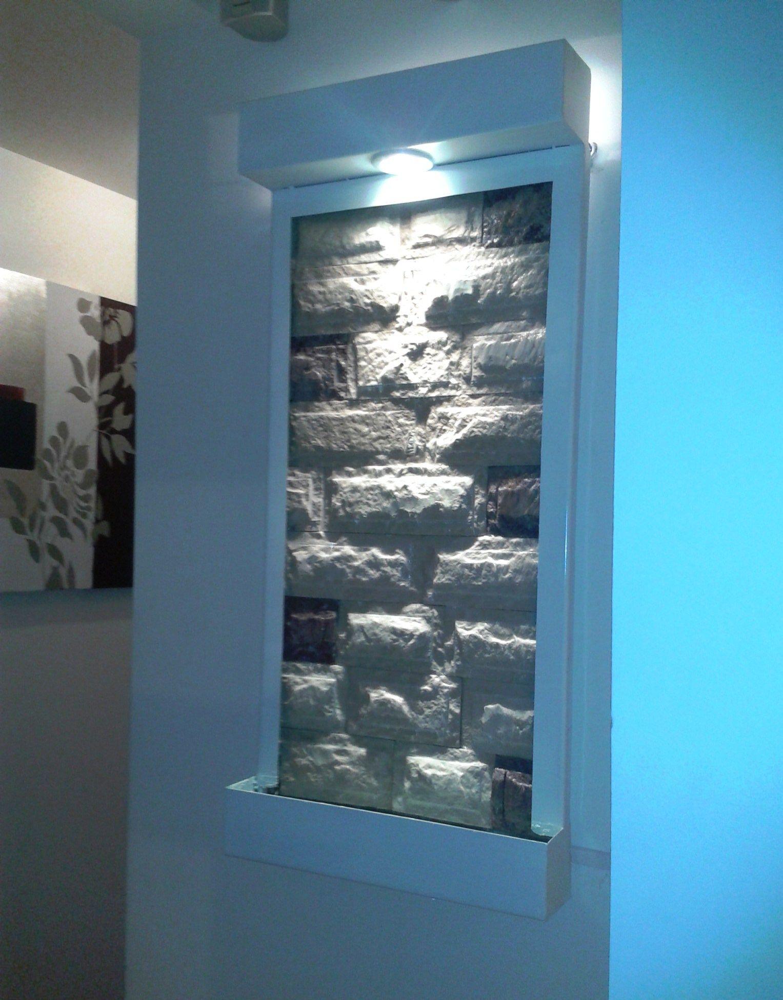 Fuente de pared blanca con piedra de marmol blanco con - Paredes con piedra ...
